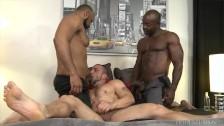 Interracial Ebony Threesome – MenOver30